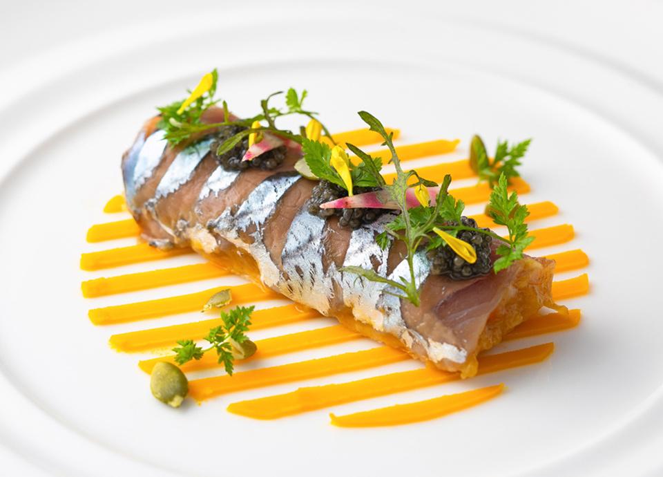 秋刀魚のスモーク キャビア飾り 磯香るオイルソース 玉葱とオレンジのマルムラードのタルト仕立て イメージ