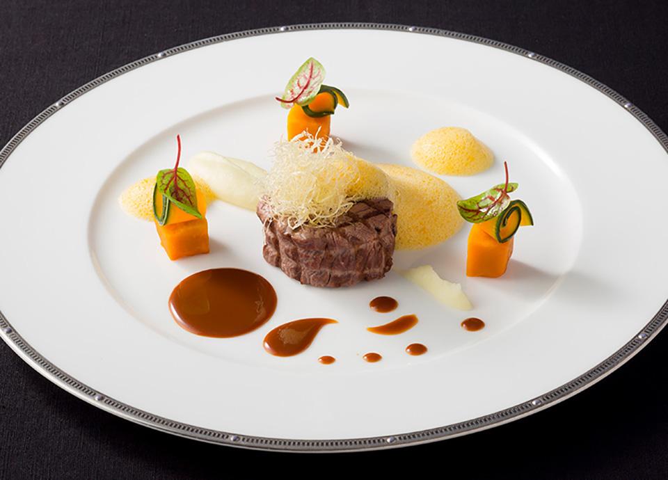 甘醤油でマリネした国産牛フィレ肉のグリエ ローストした白胡麻・ジン・オレンジ・黒ニンニクのソース イメージ
