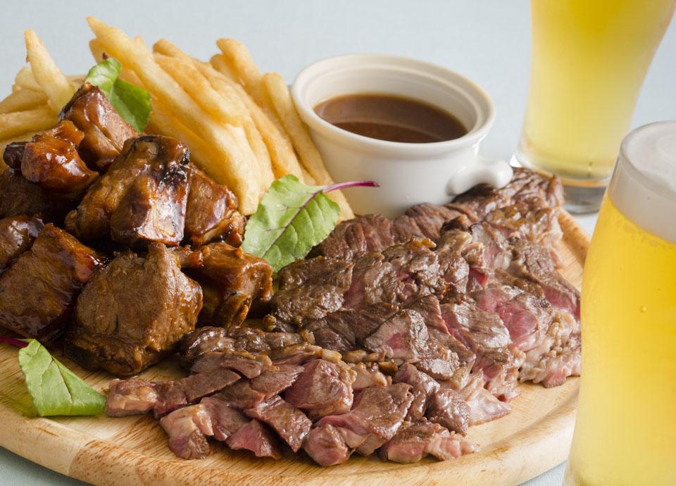 牛肉ソテーとポークスペアリブのスパイスソース フライドポテト添え