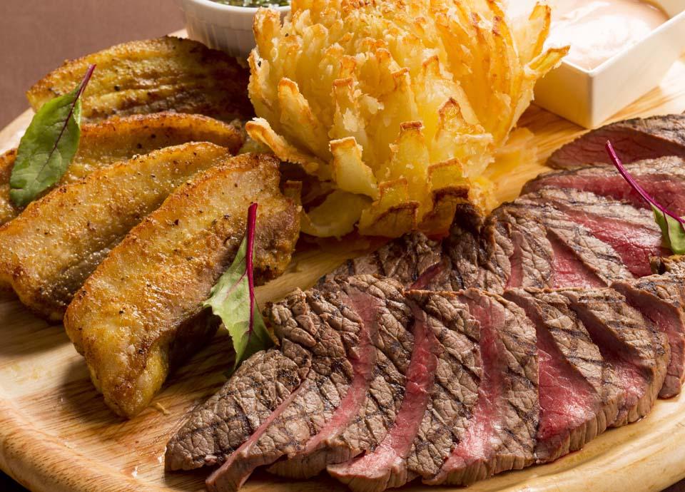 牛肉グリルとイベリコ豚バラのスパイス焼き フラワーオニオン添え イメージ