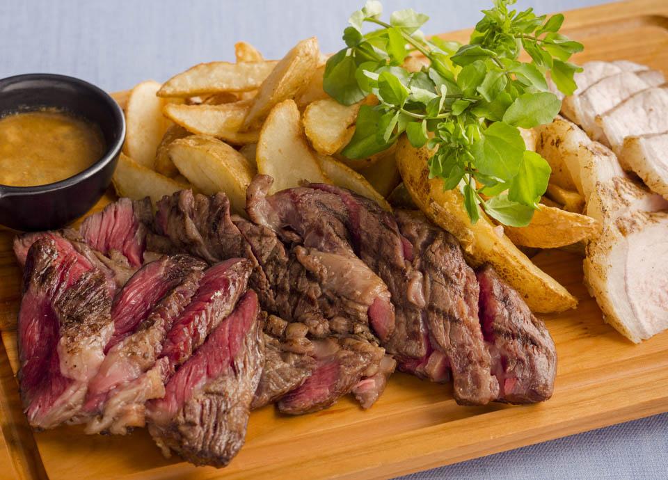 8・9月メニュー:牛リブロース肉と豚ロース肉の網焼き ブルーチーズ風味ソース イメージ