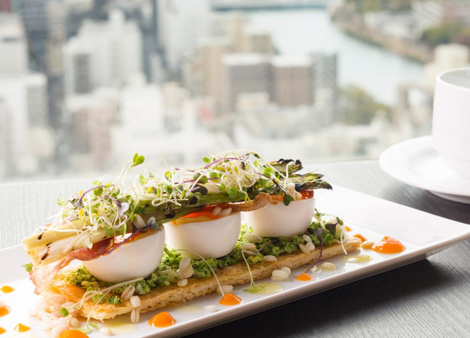 広島県産ちよだ半熟玉子・もち麦 アンチョビー風味のブロッコリーとベーコンのタルティーヌ イメージ