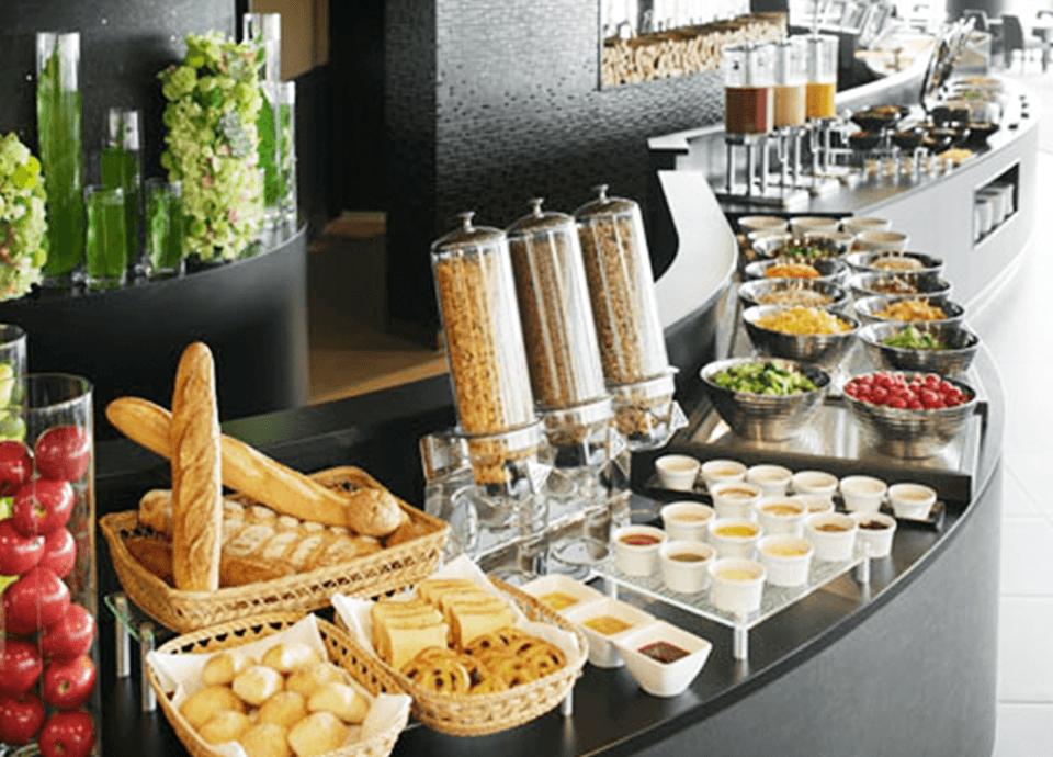 朝食無料サービス 朝食レストラン(1・6階)または、ルームサービスのご朝食を無料でご利用いただけます。