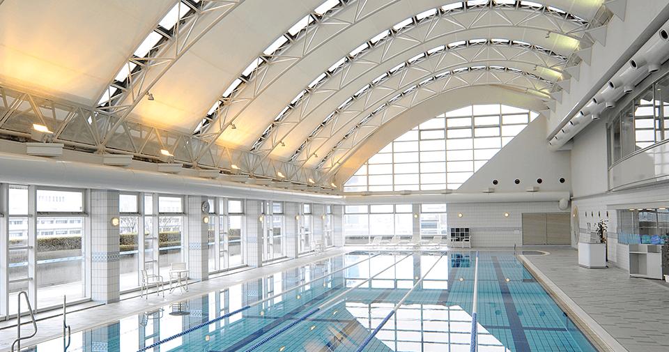 ヘルスクラブ  自然光が差し込む広々としたプールや、マシンの充実したジムナジアムなどでリラックスできるヘルスクラブ。