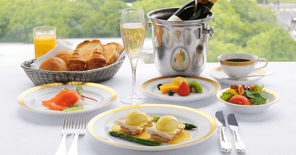 ルームサービス  お部屋でゆっくりおくつろぎいただくお食事には、ぜひルームサービスをご利用ください。