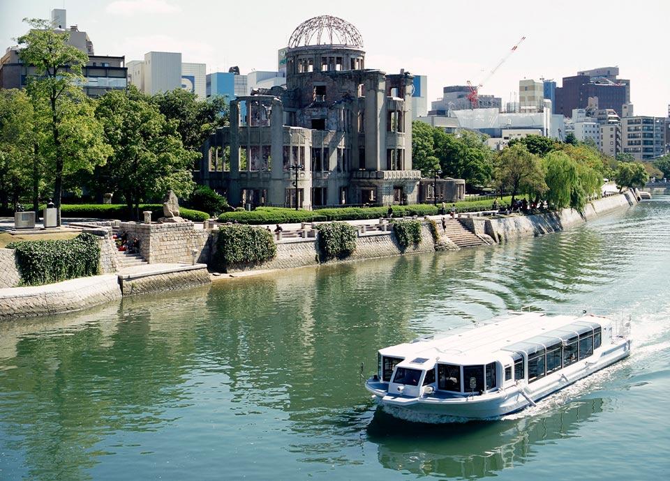 ひろしまリバークルーズと原爆ドーム(写真提供:広島県)
