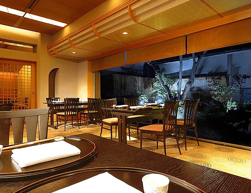 日本料理 なにわ 庭園がある場所