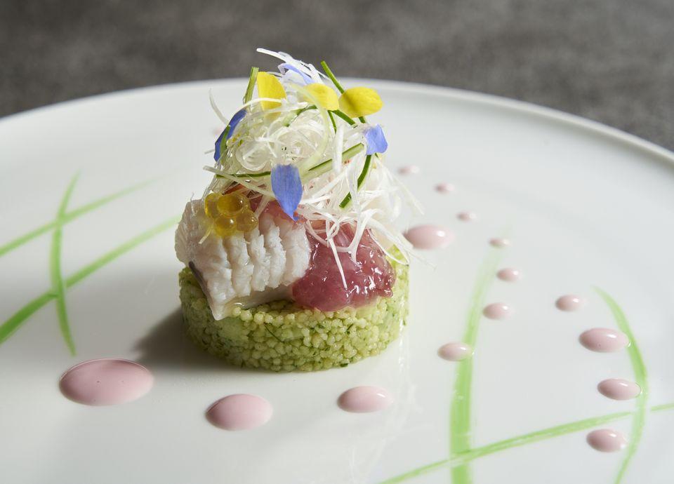 豊前海の鱧のポシェと小倉南区の胡瓜のジュで作ったタブレ ホワイトバルサミコと海藻のエミュルシヨン