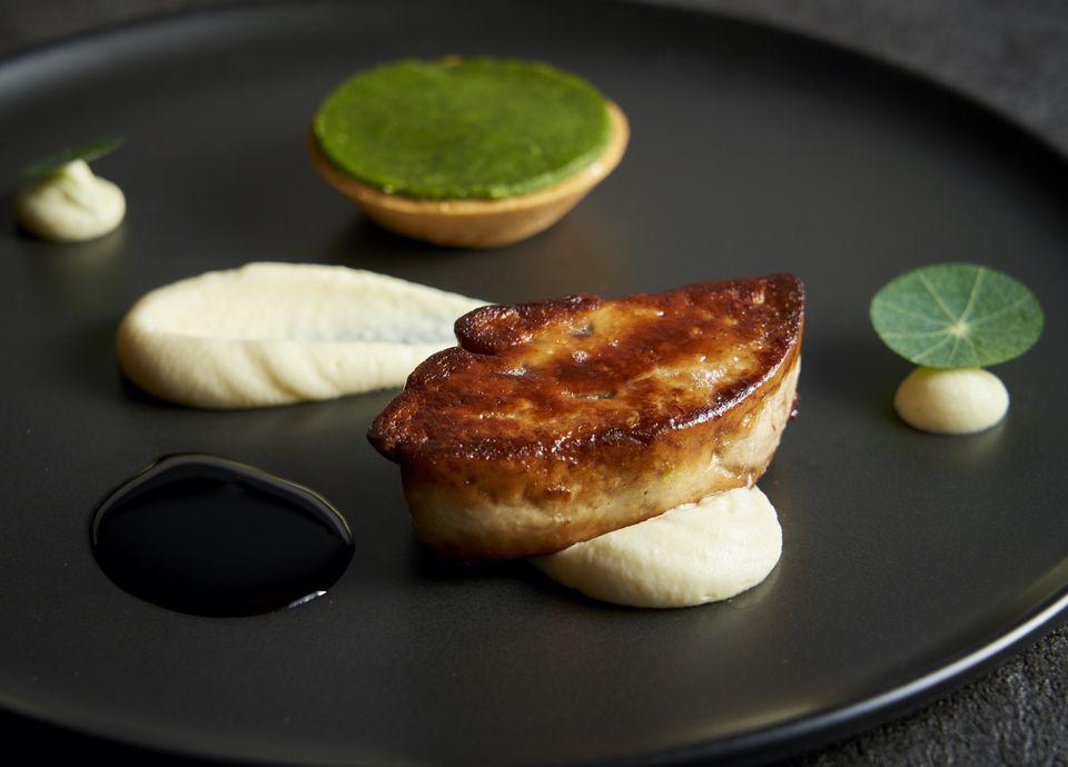 フォワグラのポワレ 八角と山椒風味の鰻と玉葱のタルトレット