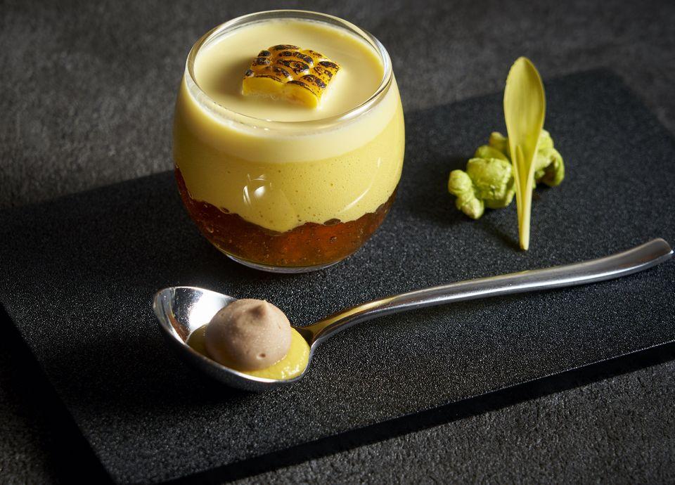 若松区松浦ファームのゴールドラッシュを使った冷たいクリームスープ コンソメのジュレとコーヒーのグラス
