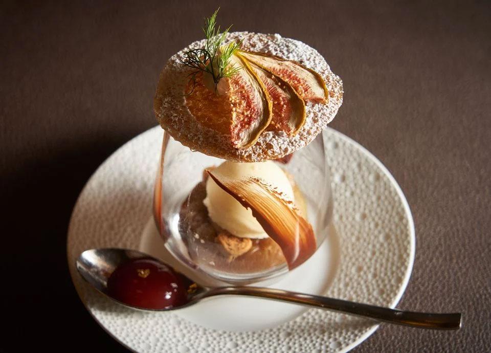 シェフパティシエTANAKAのスペシャリテ 「無花果のロティ 生姜とショコラブランのグラス 黒糖のチュイル添え」