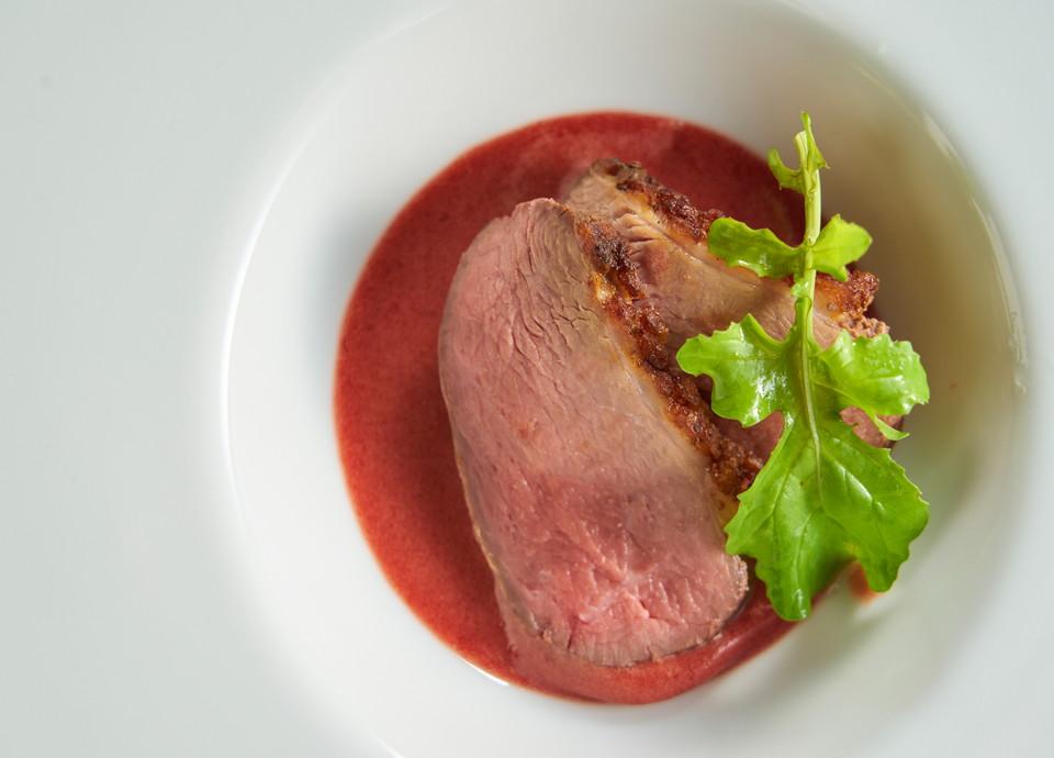 合鴨のロースト フランボワーズ風味のベアルネーズソース