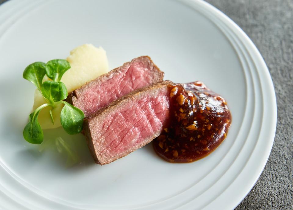 【ちょっと贅沢なディナーを】<br>食欲をそそる肉グルメも揃う<br>メインディッシュ10種食べ放題