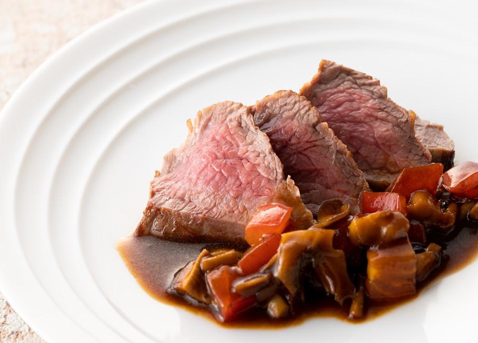 【ちょっと贅沢なディナーを】<br>食欲をそそる肉グルメも揃う<br>[期間限定]メインディッシュ15種食べ放題