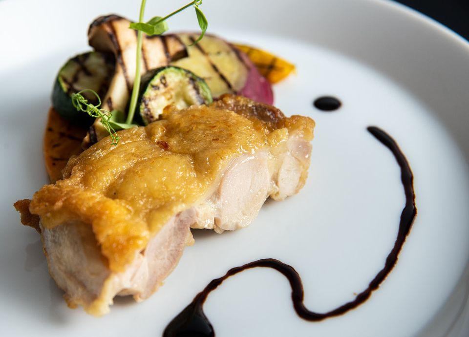 華味鳥モモ肉のポワレ ローズマリー風味と野菜のグリエ