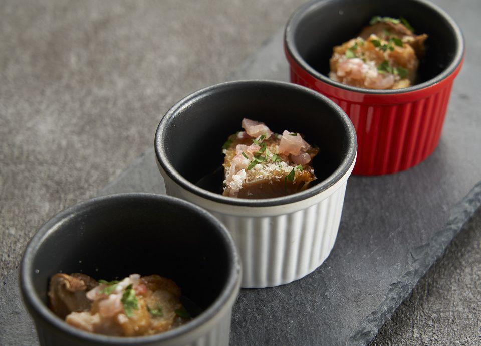 鹿児島県赤鶏さつまと長崎県ジャンボシイタケのセゴビア風 ココット焼