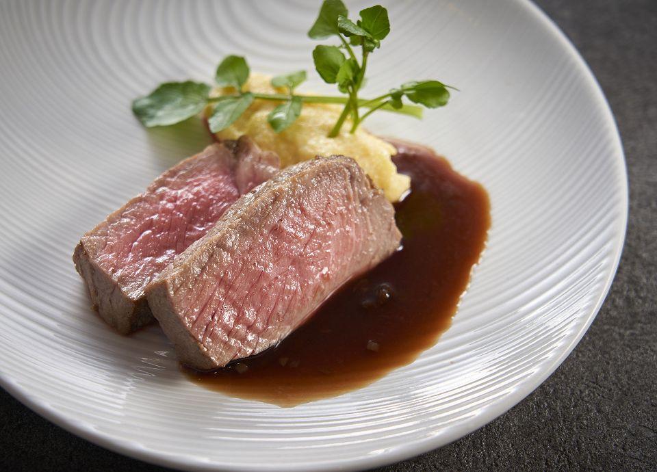 牛肉のステーキ なめらかポレンタ添え バニラとシナモン香る赤ワインソース