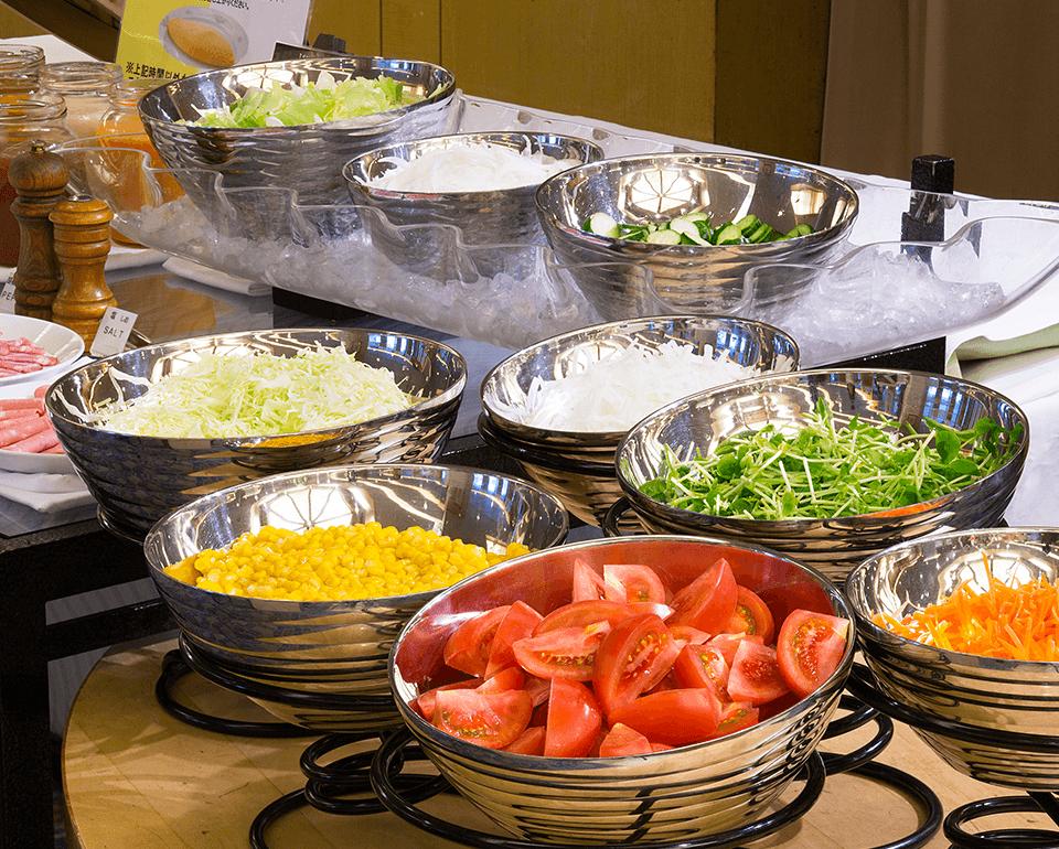 色とりどりの野菜を揃えたサラダバー