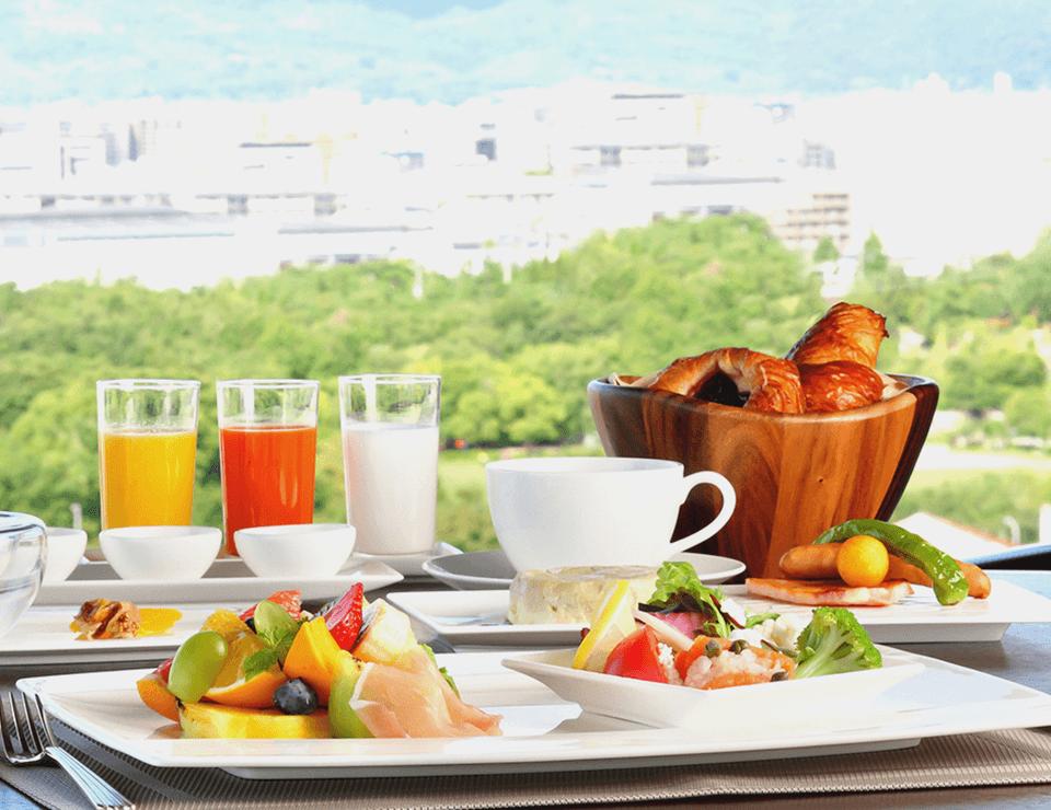 朝日の差し込むダイニングで味わう優雅な朝食