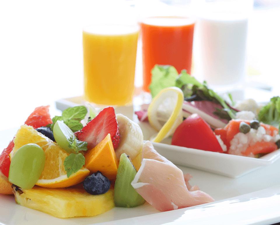 京都美山産のミルクや、フレッシュフルーツやサラダ