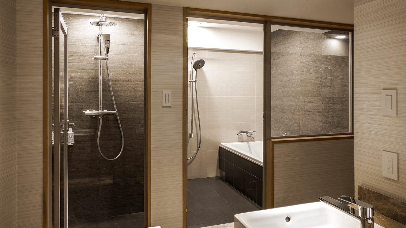 シャワーブースが別についたバスルーム