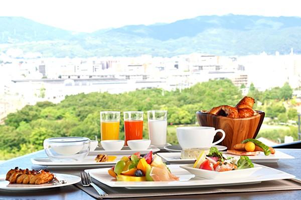 【ゆったり贅沢モーニング×360度の眺望】京都食材たっぷりのプレートと焼きたてのパンがくせになる