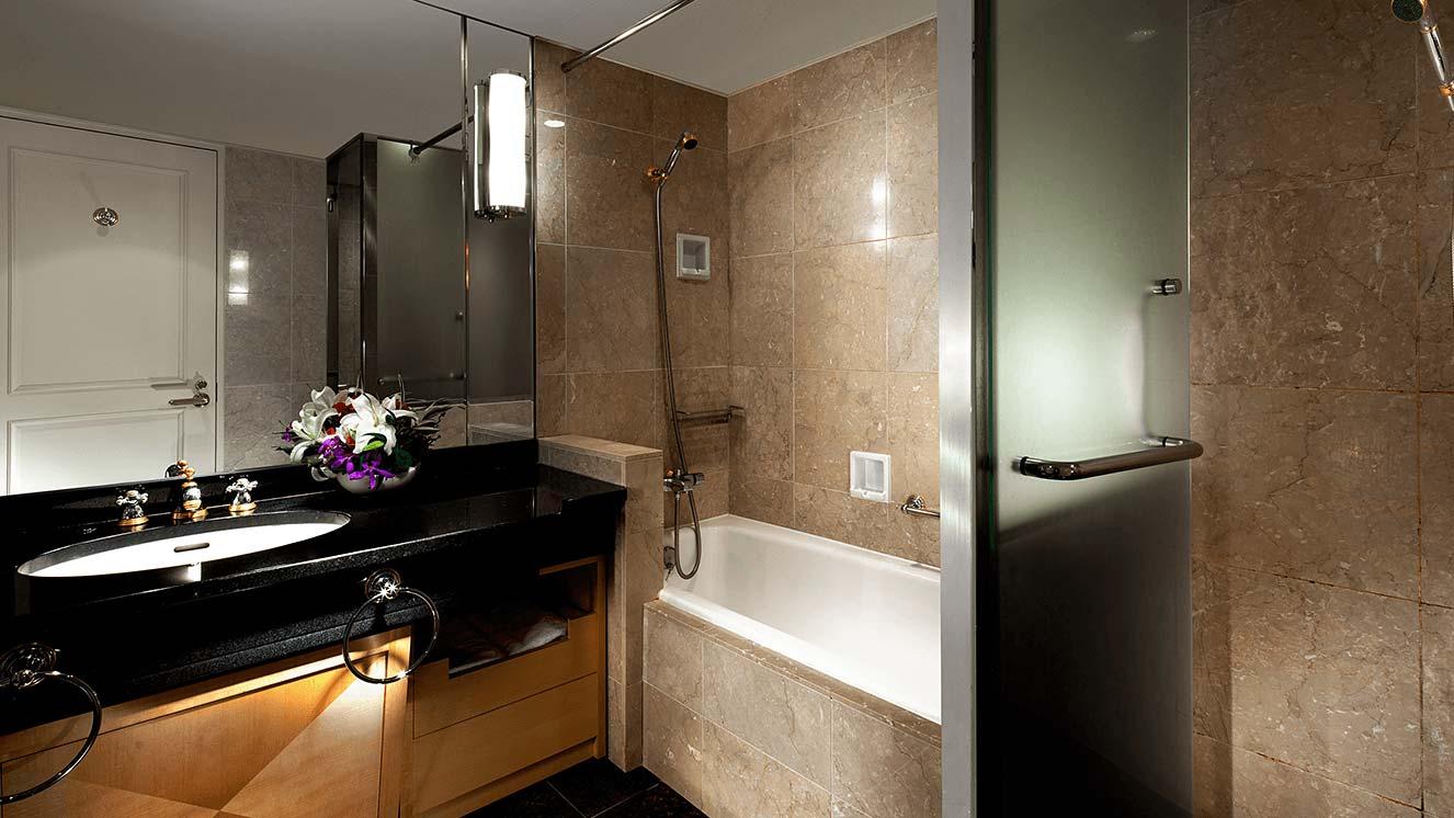 シャワーブースが併設されたバスルーム