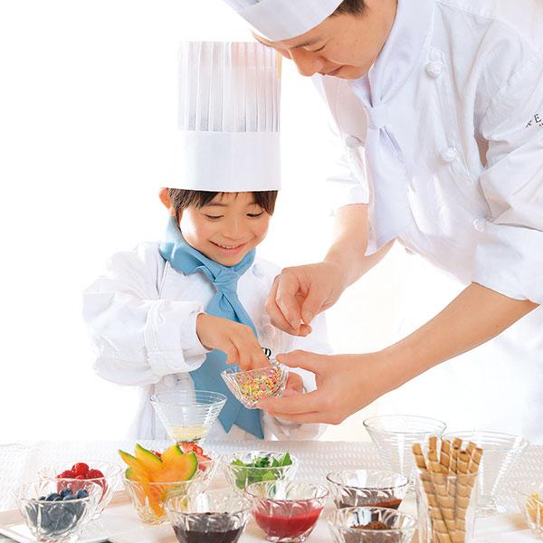 みんなもパティシエ!ロングロールケーキを一緒に作ろう! お子様がコックコートに着替えて、パティシエと一緒にフルーツやソースをトッピング。写真も撮影いただけます。※巻くのはパティシエにおまかせ。