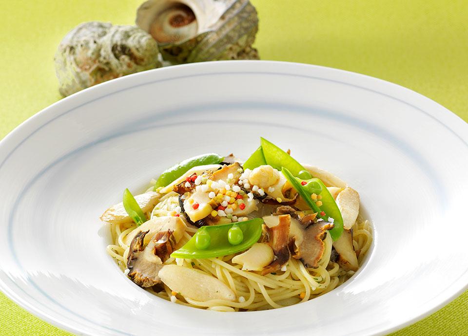福岡県産 サザエとホワイトアスパラガスのスパゲッティ八女玉露で香りを付けたオリーブオイルを絡めて