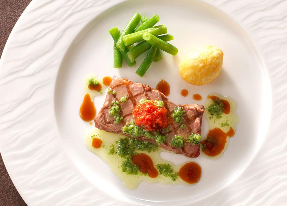 牛ロース肉のステーキ ガーリックハーブバターソース<br>(+¥1,000)
