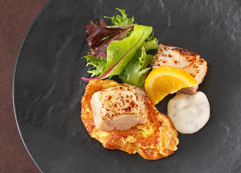 鶏腿肉の塩麹マリネ&フレンチトースト ハニーマスタード風味のヨーグルトソース