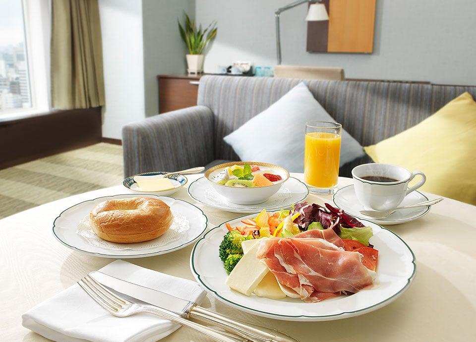 ルームサービス お部屋でゆっくりとお過ごしいただけるよう、ルームサービスで朝食をご用意。