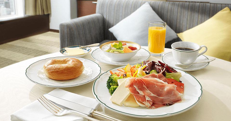 24時間対応のルームサービス お部屋でくつろいだお食事に、ぜひルームサービスをご利用ください。多彩なお料理やお飲み物をご用意いたしております。