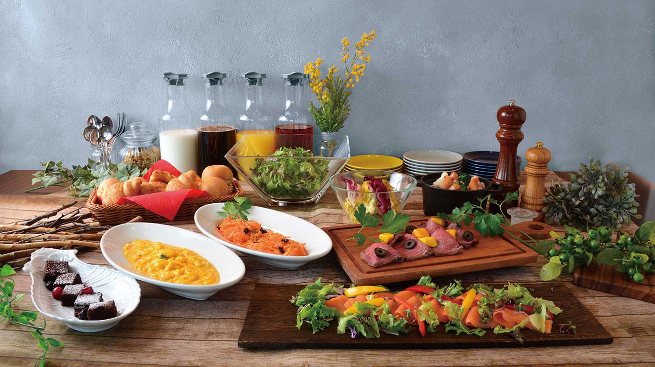 バラエティに富んだ彩り鮮やかな料理を朝食ビュッフェで。