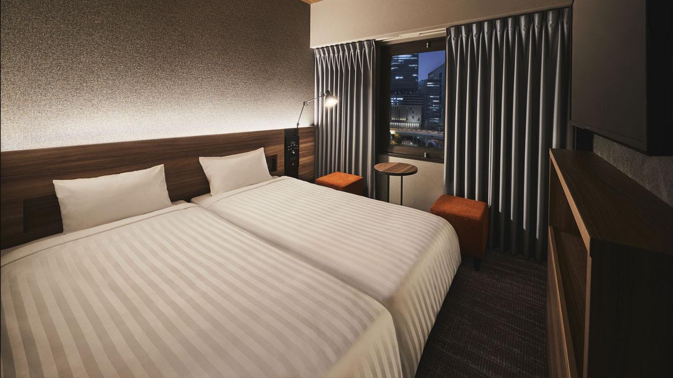 新しくできた小さなベッド2台のコンパクトツインルーム