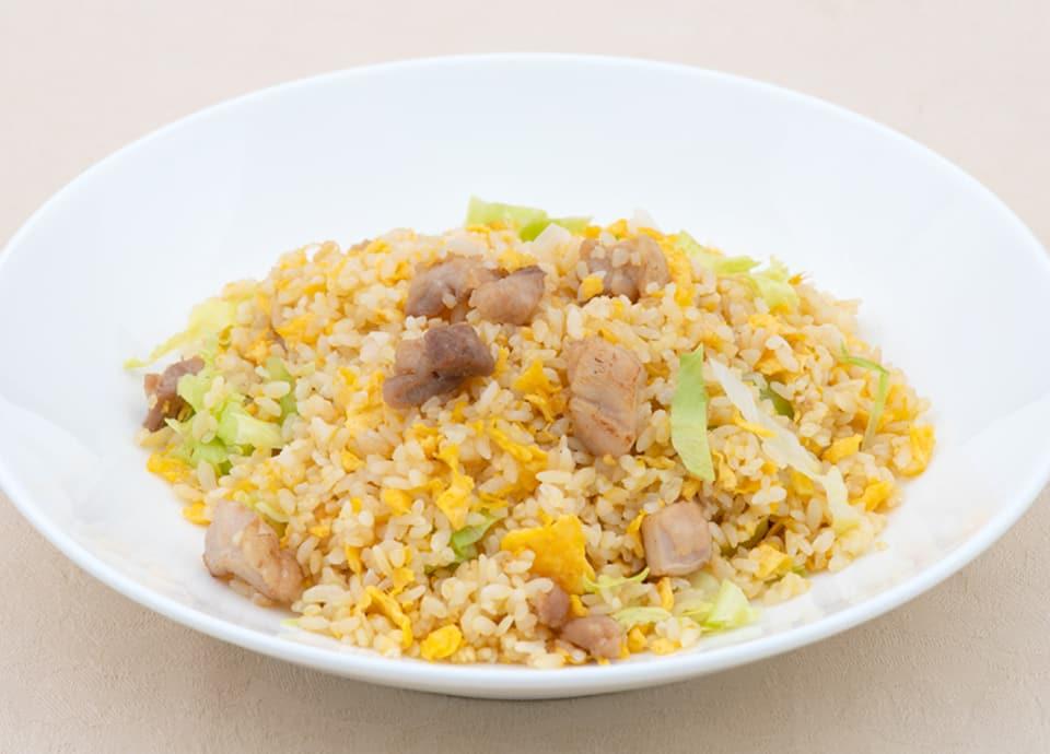 塩漬け魚と鶏肉入り炒飯の写真
