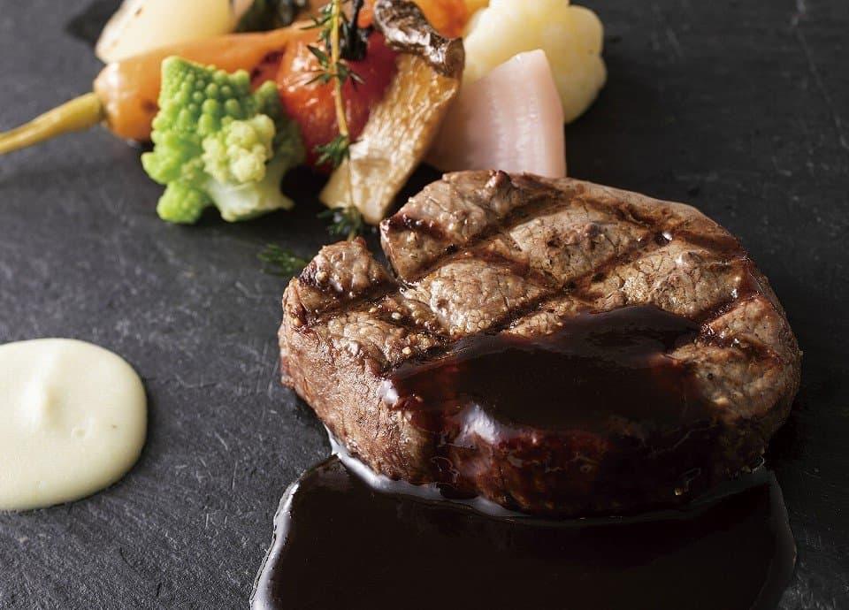 牛フィレ肉のグリエ 彩り温野菜添え 赤ワインソース