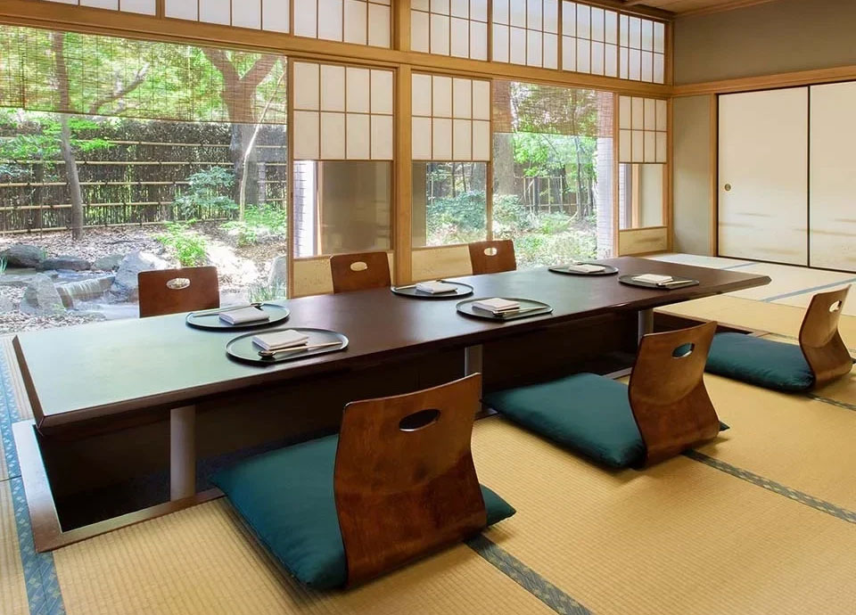 個室もご利用いただけます。室料 昼:¥6,050、夜:¥12,100