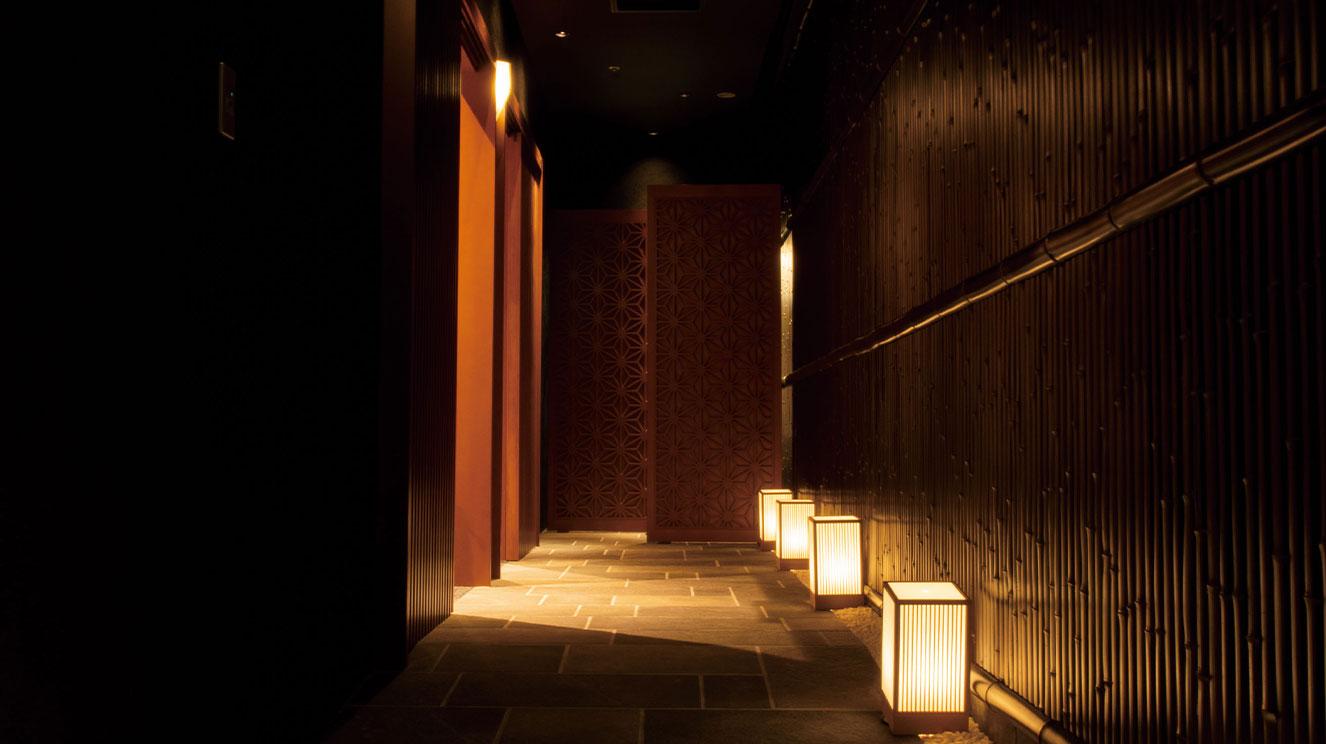 京都の路地裏をイメージした個室へのアプローチ