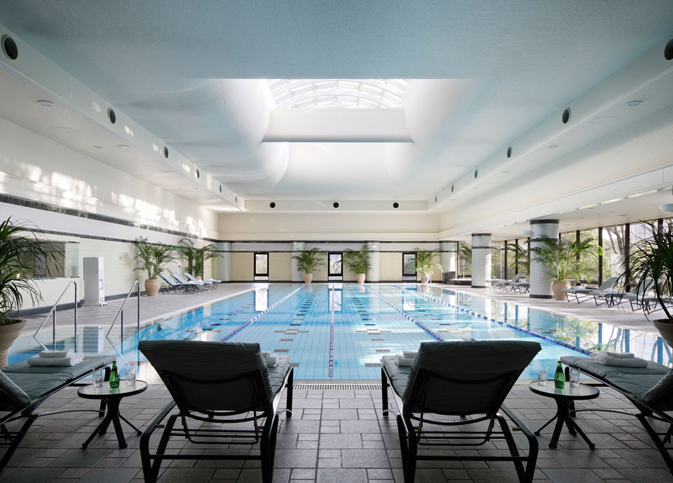 ヘルスクラブ内の室内温水プール