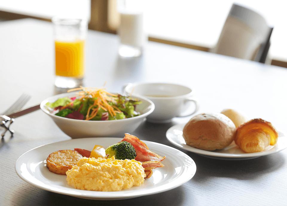 ご朝食&ドリンクフリー 朝食ビュッフェと客室冷蔵庫のドリンクが無料でご利用いただけます。