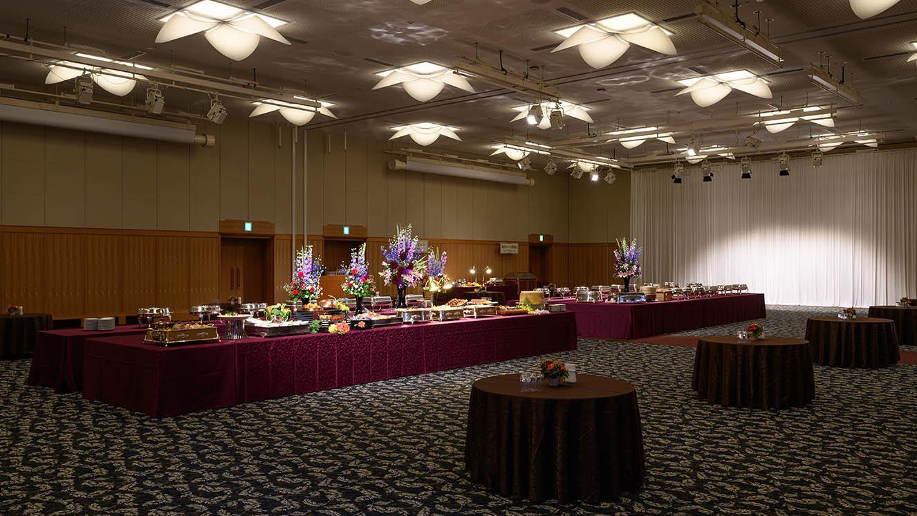 立食ビュッフェスタイルは最大500名収容可能。