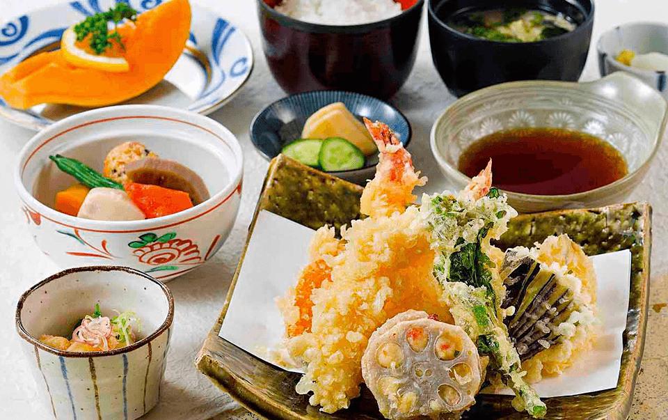 ご夕食はレストランまたは宴会場にてご用意いたします。