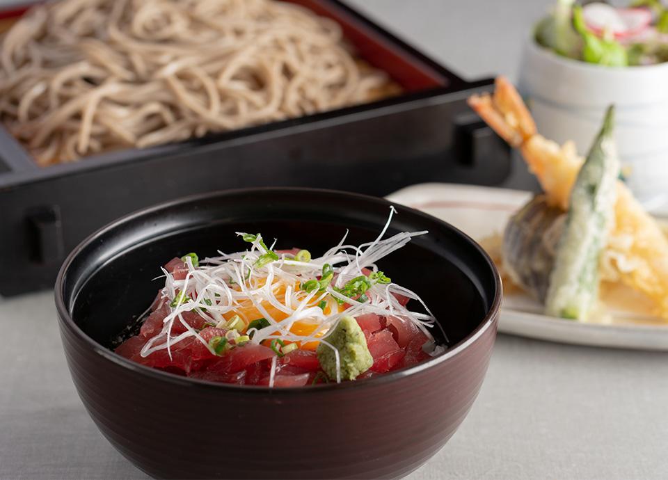天ぷらそばと鮪ゆっけ丼セット