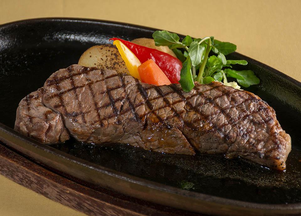 「レストラン アイリス」3月復刻メニュー(一例):牛ロース肉のグリル