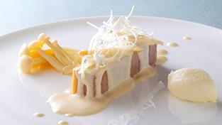 純白をイメージした中トロ鮪のミーキュイ 白ワイン風味のクリームソース